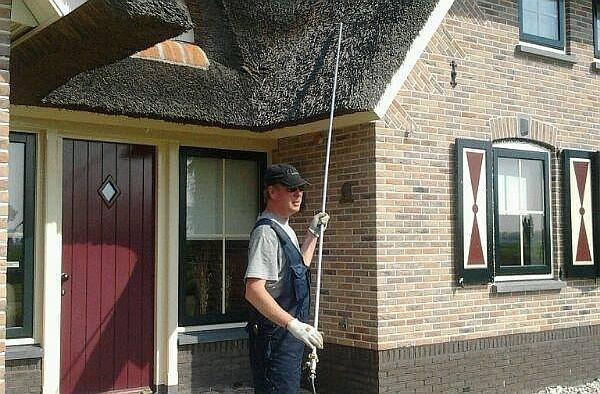rieten dak schoonmaken spuiten